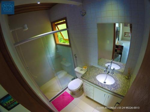 A bathroom at Residência Angra Deep Blue