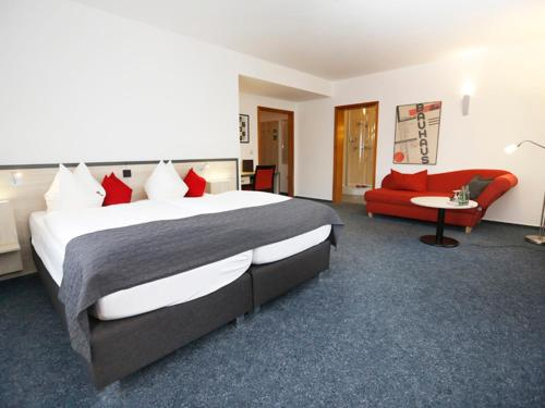 A bed or beds in a room at Hotel 7 Säulen