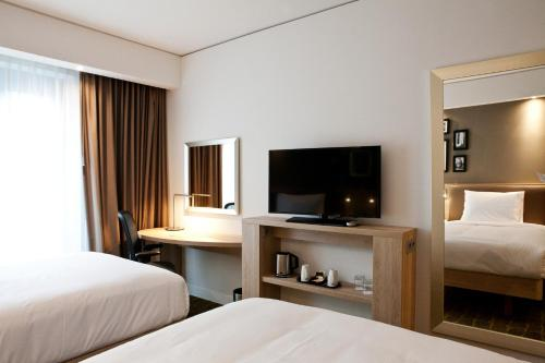 A television and/or entertainment center at Hampton By Hilton Dortmund Phoenix See