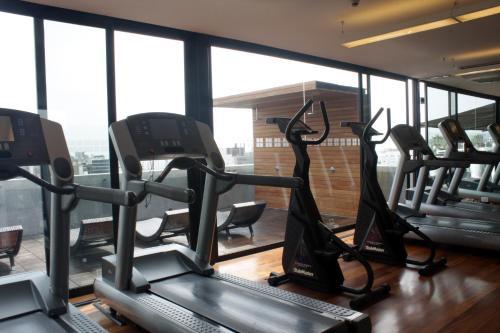 Das Fitnesscenter und/oder die Fitnesseinrichtungen in der Unterkunft NM Lima Hotel