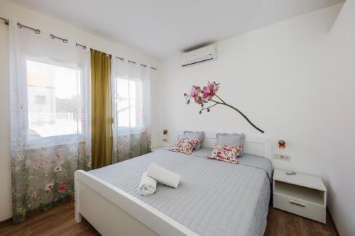 A bed or beds in a room at apartman Amigo