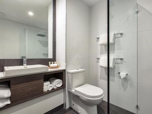 A bathroom at Mercure Sunshine Coast Kawana Waters