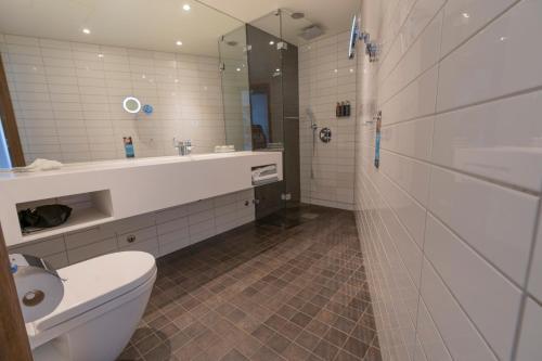 حمام في فندق كلاريون ذا إيدج