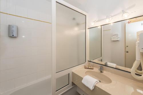 A bathroom at Hostellerie Saint Vincent Beauvais Aeroport