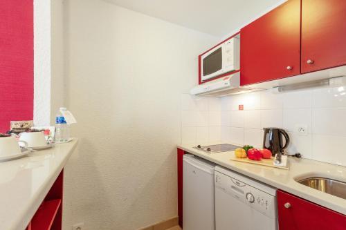 Кухня или мини-кухня в Zenitude Hôtel-Résidences Divonne Confort
