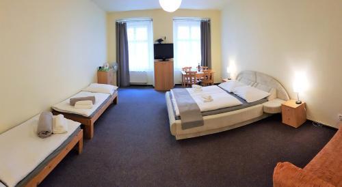 Ein Bett oder Betten in einem Zimmer der Unterkunft Hotel U dvou zlatých klíčů