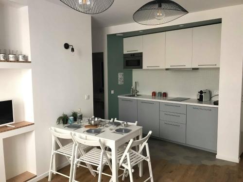 A kitchen or kitchenette at Le pénéquet : L'appartement du vieux port ☺