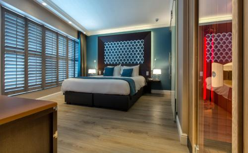 A bed or beds in a room at Hotel Dux