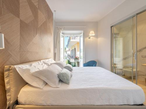A bed or beds in a room at AQUAMADRE Suites