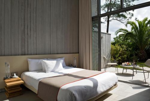 Een bed of bedden in een kamer bij Sezz Saint-Tropez