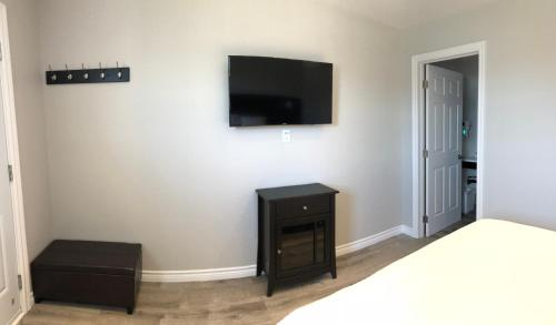 A television and/or entertainment centre at Kow's Inn