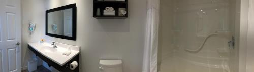 A bathroom at Kow's Inn