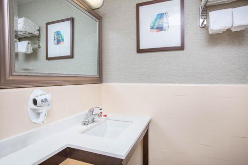 A bathroom at Baymont by Wyndham San Diego Downtown