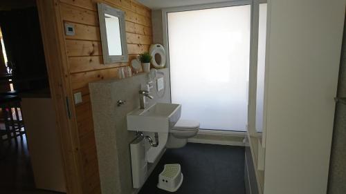 Ein Badezimmer in der Unterkunft Relax-Huetten-Gröden