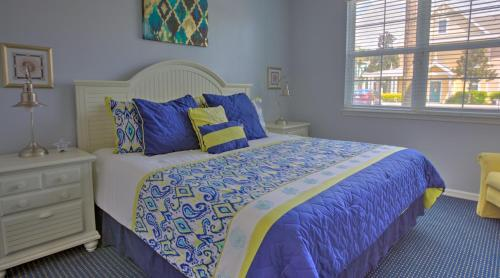 A bed or beds in a room at Runaway Beach Resort by Magical Memories -Disney Area