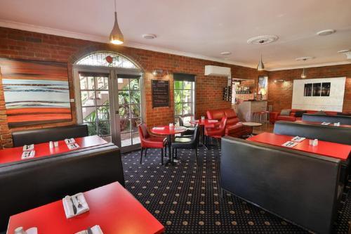 The lounge or bar area at Early Australian Motor Inn