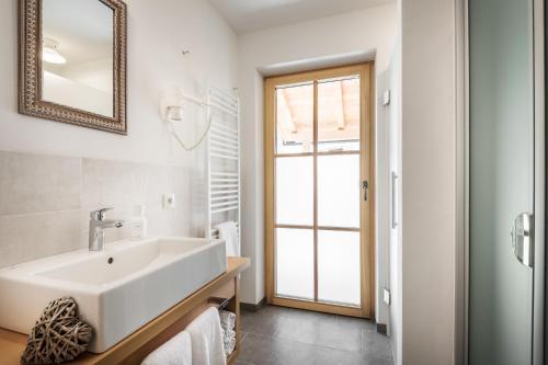 A bathroom at Pradel Dolomites