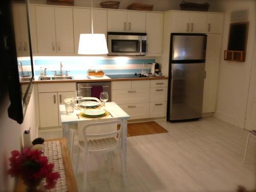 A kitchen or kitchenette at Cozy Beach Casita