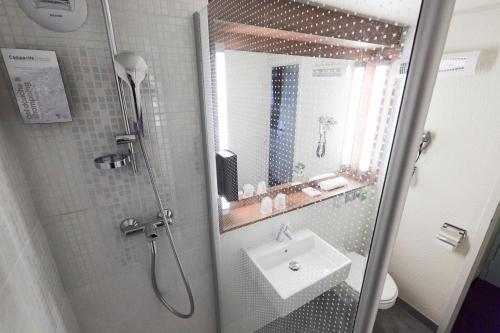 A bathroom at Campanile Roissy - Saint Witz
