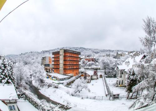 Obiekt SanatoriumnadKryniczanką zimą