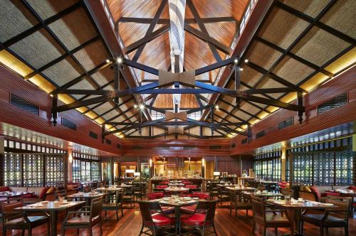 A restaurant or other place to eat at Mulu Marriott Resort