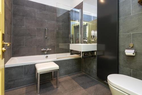 A bathroom at Hotel Museumkwartier Utrecht