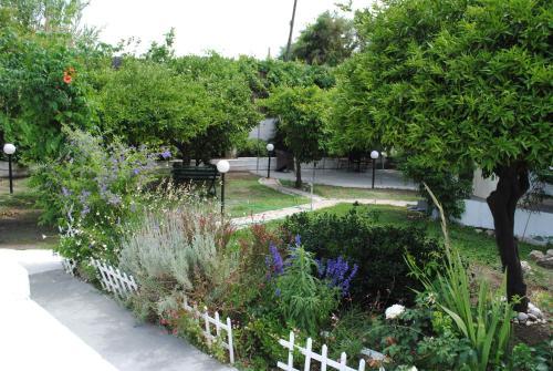 Puutarhaa majoituspaikan Karmik Concept Pension ulkopuolella