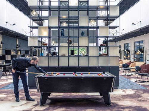 A pool table at Hotel Mercure Blois Centre