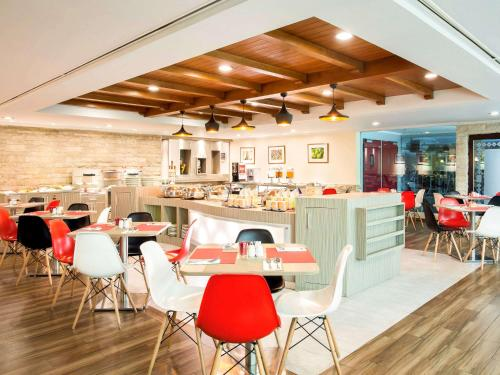 A restaurant or other place to eat at Ibis Jakarta Tamarin