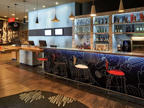 The lounge or bar area at ibis Sao Jose do Rio Preto