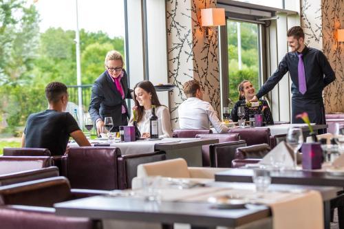 Ein Restaurant oder anderes Speiselokal in der Unterkunft Van der Valk Airporthotel Düsseldorf