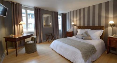 A bed or beds in a room at The Originals City, Hôtel de la Balance, Montbéliard