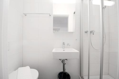 Ein Badezimmer in der Unterkunft HITrental Station Apartments