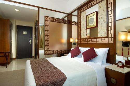 A bed or beds in a room at Lan Kwai Fong Hotel @ Kau U Fong (Designated Quarantine Hotel)