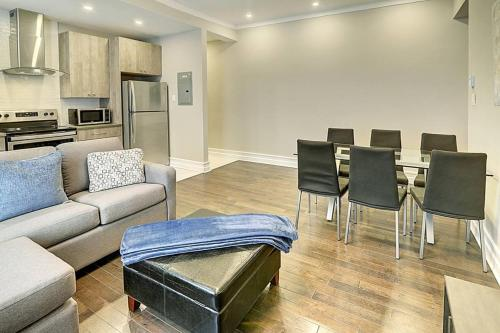 A seating area at Montreal Mile-End Apartment #201 by Plateau Prime Suite