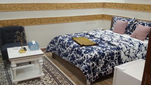 Cama ou camas em um quarto em Nozl el Masara Furnished apartments