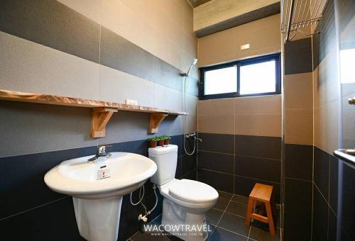 A bathroom at Pin Shiuan Inn
