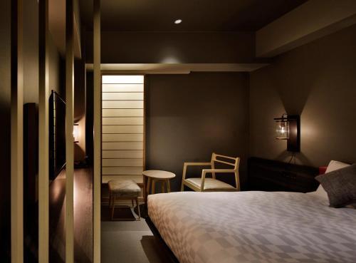 京都河原町三條瑞索酒店房間的床