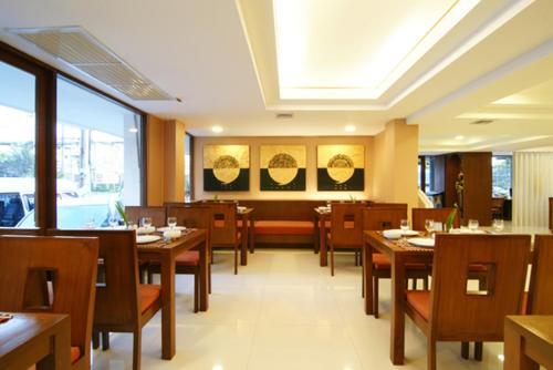Ein Restaurant oder anderes Speiselokal in der Unterkunft Mariya Boutique Hotel At Suvarnabhumi Airport