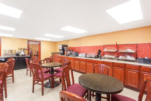 A restaurant or other place to eat at Howard Johnson by Wyndham Suffern