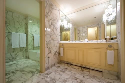 A bathroom at Sir Stamford Circular Quay