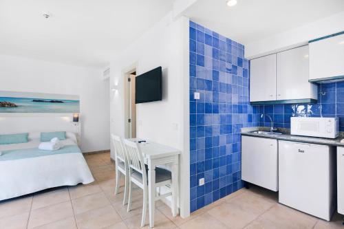 Een keuken of kitchenette bij AluaSun Continental Park Hotel & Apartments