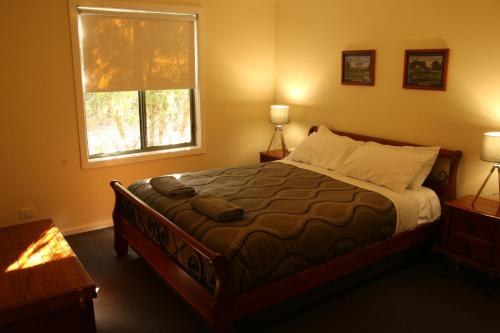 A bed or beds in a room at Kangaroo Valley Golf and Country Resort