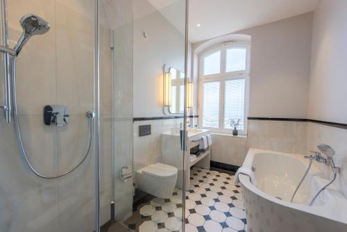 A bathroom at Hotel Am Leuchtturm