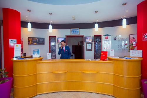 The lobby or reception area at Ibis Meknes