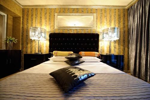 Un pat sau paturi într-o cameră la Portobella Boutique Hotel
