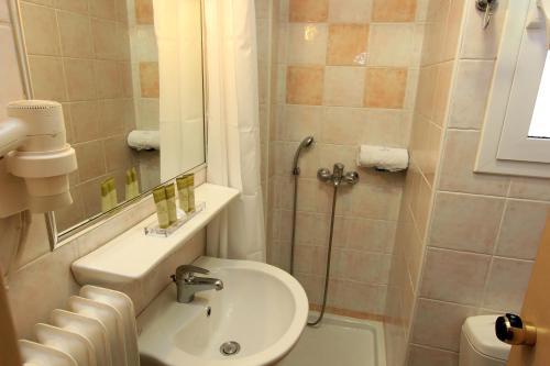 A bathroom at Triton Hotel Piraeus