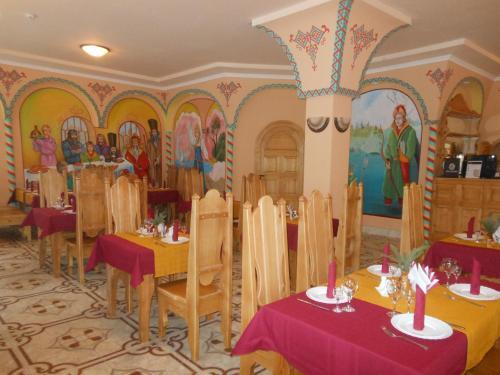 A restaurant or other place to eat at Tsarevna Lyagushka Hotel