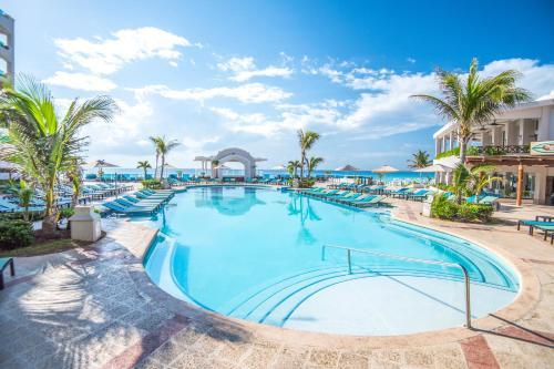 The swimming pool at or near Panama Jack Resorts Cancun
