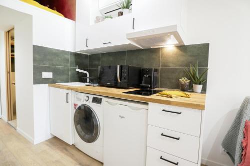 A kitchen or kitchenette at UniqueAppart - Vieux Port
